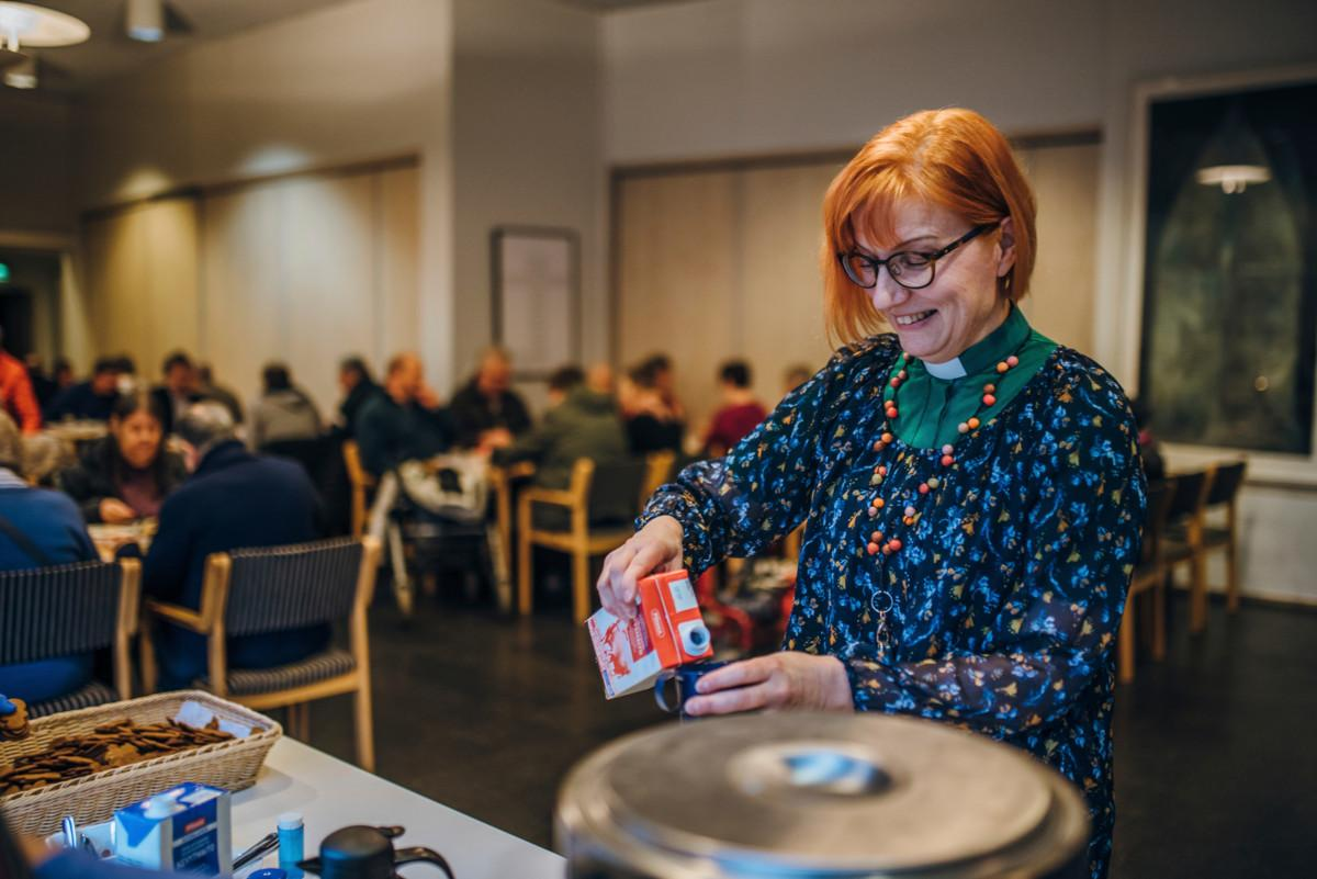 Hakunilan seurakunnan johtava diakoniatyöntekijä Liisa Juusela sanoo, ettei yhteisöruokailu olisi mahdollinen ilman seurakunnan vapaaehtoisia.