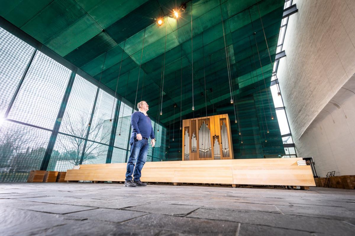 Pyhän Laurin kappelin akustiikkaan vaikuttavat esimerkiksi kuparilevyt katossa sekä seinän epätasainen rakenne.