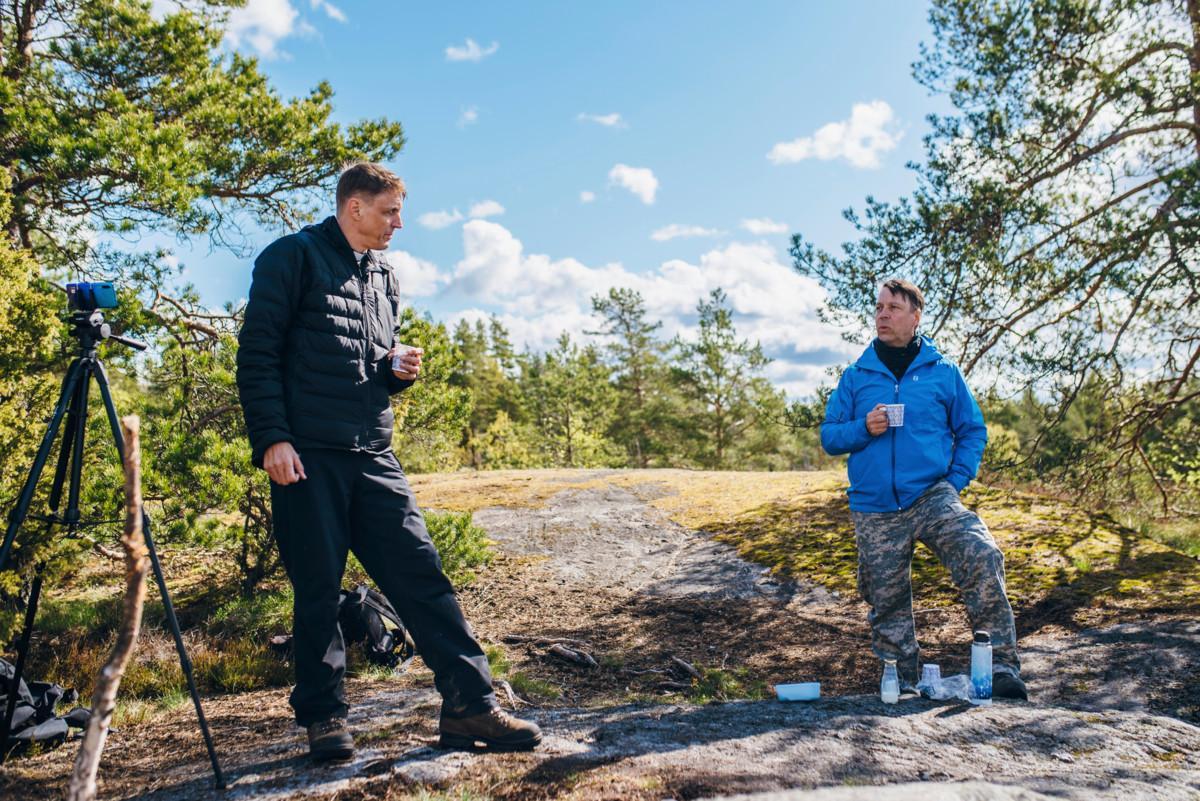 Hannu Holma on myös paistanut kalaa tai lettuja ystävänsä Hans Tuomisen kanssa myös päivärukoushetken yhteydessä.