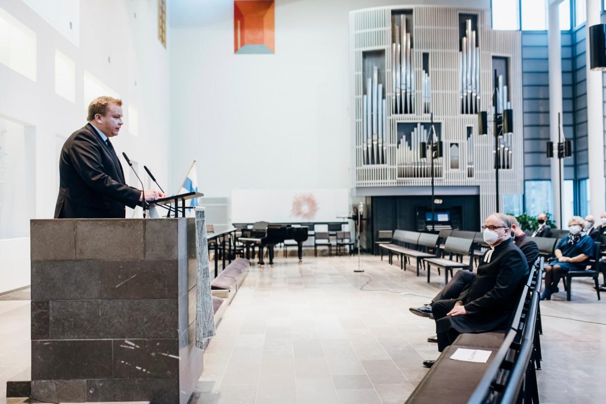 Puolustusministeri Kaikkonen: Kirkolla on tärkeä rooli henkisessä kriisinkestävyydessä